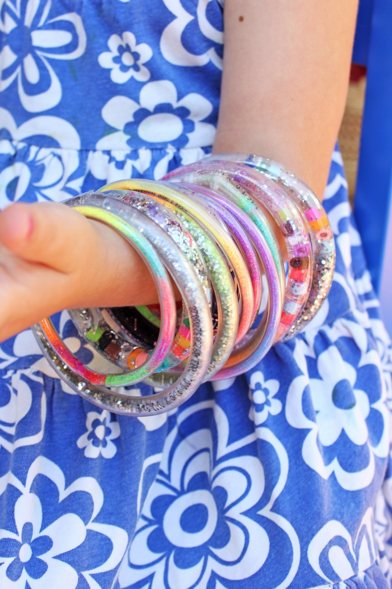 Science meets fashion in these DIY glitter bracelets for kids!