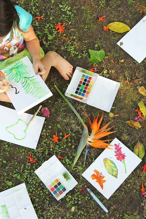 Here's an art idea: Make art on the go! 5 reasons to take art outside. Ideas for where to go, what to bring, and tips for enjoying an outdoor art adventure.